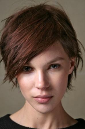 Krahas flokëve të gjata, stilet e shkurta janë po aq moderne.