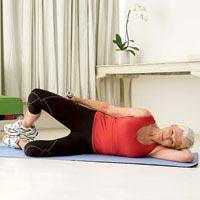 Forcon muskujt e vidheve/belit. Duke mbajtur një peshë në dorë si