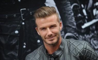 Beckham pranon sfidën, bën 'pompa' gjysmë i zhveshur (Video)