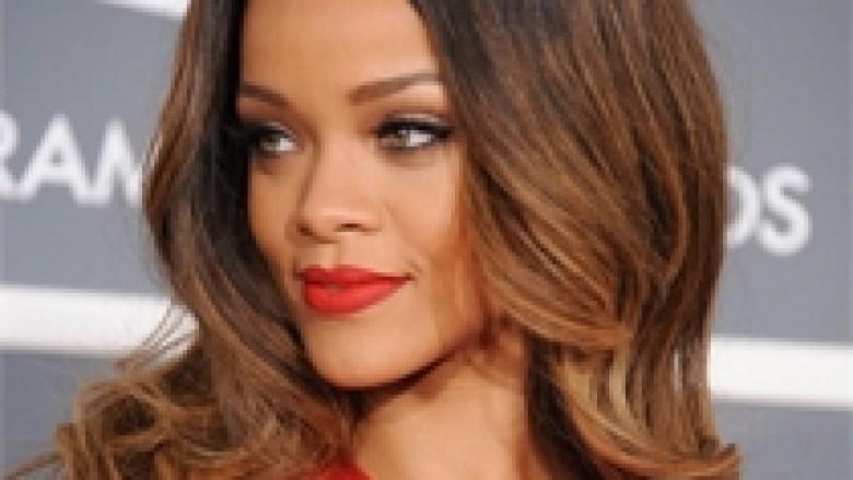 Rihanna e zhveshur në klipin e ri (Video)