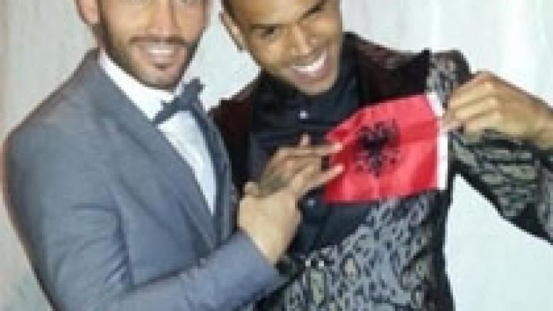 Chris Brown me flamurin kuqezi