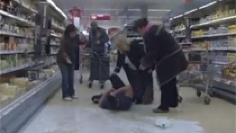Derdhin qumështin dhe aktrojnë se janë të lënduar (Video)