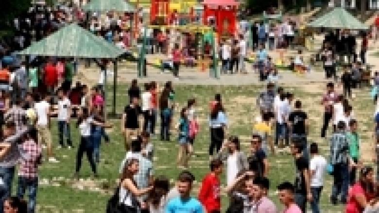1 Maji: Në vend të protestave, kosovarët bëjnë qejf