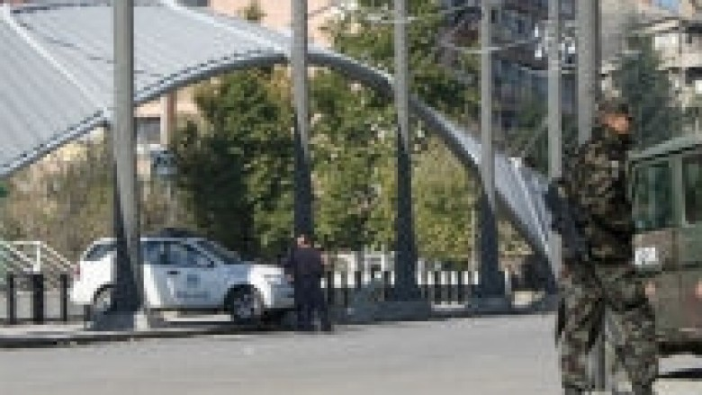 Përleshje me gurë tek barrikada në Mitrovicë