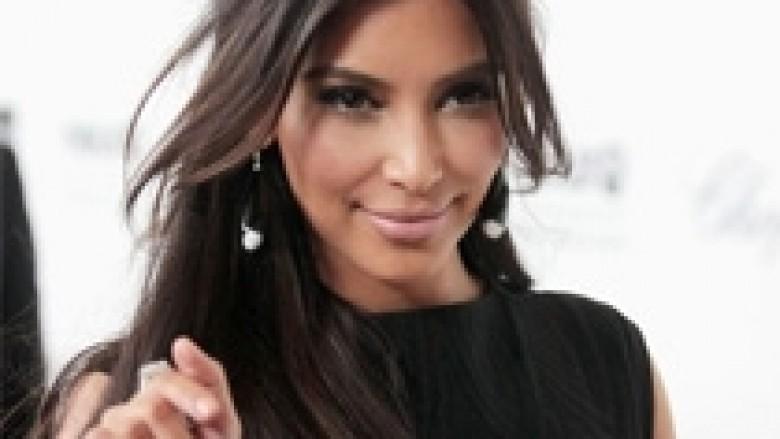 Kim, brenda dy ditësh shkon tri herë në një sallon bukurie