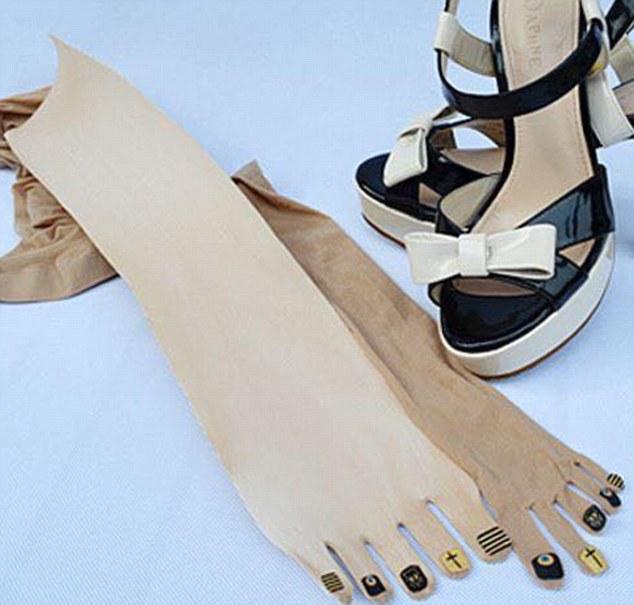 Çorape bizare për femra se bashku me thonjte e lyer foto 4