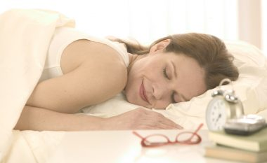 Një orë gjumë dite mund ta ulë tensionin e gjakut