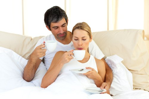 couple-coffee-bed-125752021