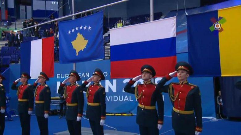 Madhështore: Ushtria ruse duke nderuar flamurin e Kosovës