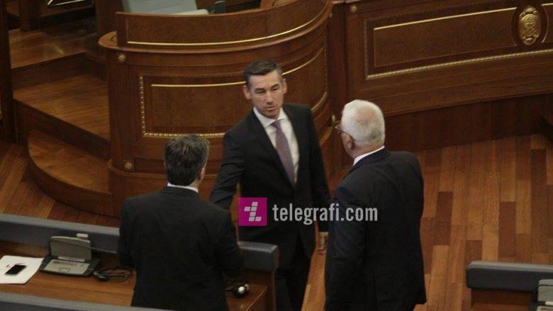 """Në mungesë të opozitës, deputetë të PDK-së e LDK-së """"grinden"""" mes vete (Video)"""