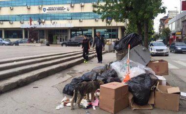Mbeturina para derës së objektit të Komunës së Ferizajt