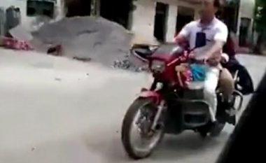 I verbri nget motoçikletën, ndërsa gruaja i jep instruksione (Video)