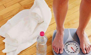 Pini më shumë ujë, humbni më shumë peshë?
