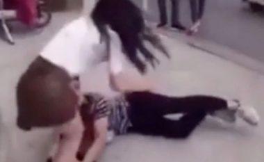 Momenti kur një burrë gjunjëzohet para të dashurës duke i kërkuar që të mos e braktis (Video)