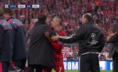 Simeonen e lëshojnë nervat, tekniku argjentinas sulmon lojtarin e Bayernit (Video)