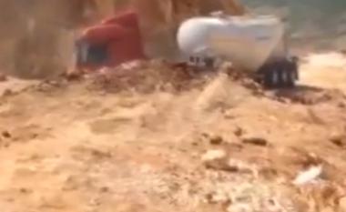 Gropa misterioze gëlltit kamionin-cisternë brenda pak sekondave (Foto/Video)