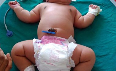 Lind foshnja më e rëndë në botë (Foto/Video)