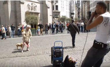 Argëtonte njerëzit në rrugë me beatbox, por kur kalon një gjyshe ndodh diçka e pabesueshme (Video)