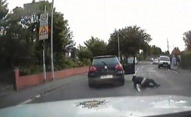Duke menduar se do t'i ikë policisë, hidhet nga vetura që lëvizte me shpejtësi të madhe (Video)