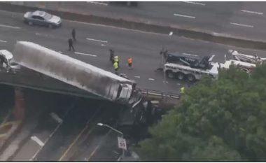 Si nëpër filma aksion: Kamioni me rimorkio qëndron i varur mbi urë (Video)