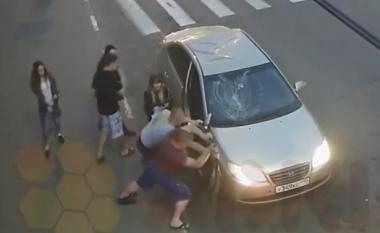 Rambo rus: Qëllohet dy herë me revole, por ai vazhdon të rrahet me dy burrat (Video, +16)