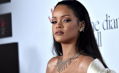 Ekspozimi i gjoksit pa jelekë, të pasmet në plan të parë – pjesë e koncertit të Rihannas (Foto)