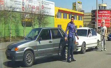 Shoferët e veturave dolën në rrugë për të qëruar hesapet, por në ato momente dikush ua ndërron mendjen (Video)