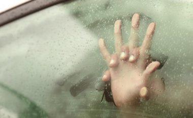 Policia suedeze: Tërhiqni frenin e dorës nëse bëni seks në veturë