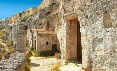 Ky është vendi ku njerëzit ende jetojnë në shpella (Foto)