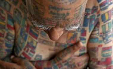 Njihuni me burrin që ka mbi 500 tatuazhe, dhe që ka hequr gjithë dhëmbët për të futur në gojë 500 pipza dhe 50 qirinj (Foto)