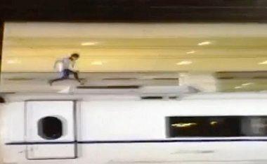 Momenti kur përfundon i vdekur burri që vraponte mbi tren (Video, +18)
