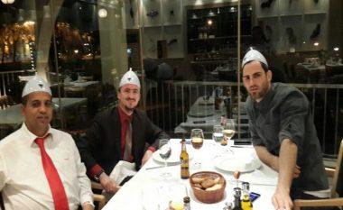 """Shikoni foton kur Mërgim Mavraj """"pinte"""" birrë me hoxhën Ahmed Kalaja pas kthimit nga Beogradi (Foto)"""