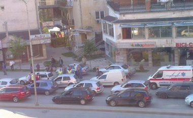 Përplasje e lehtë, ndërmjet tri veturave në Prishtinë (Foto)