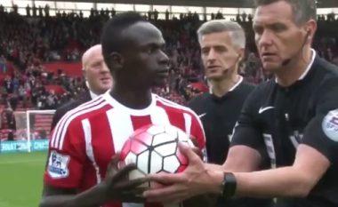 Referi bën shaka me Manen pas ndeshjes duke ia marrë topin e het-trikut nga duart (Video)