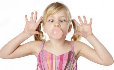 Çfarë ndodh nëse fëmija gëlltit çamçakëzin?