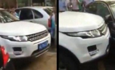 Nëse keni Jaguar, assesi mos e bllokoni Range Roverin në parking! (Video)