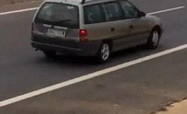 Për një 'joint' rrezikon të shtypet nga veturat (Video)