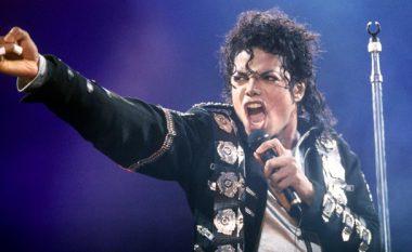 Edhe një pamje shokuese: Fansat besojnë se Michael Jackon është gjallë! (Video)