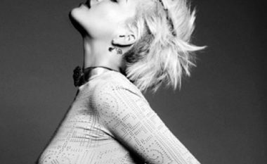 Rita Ora pa të brendshme! Kush po ia prek gjoksin? (Foto)