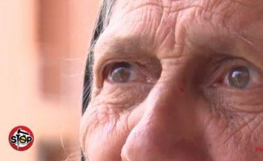 Djali dhe nusja nxjerrin në rrugë nënën 80-vjeçare (Video)