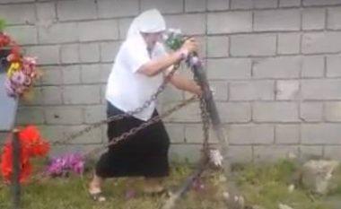 E dhimbshme: Nëna e dëshmorit e rregullon vet pllakën përkujtimore të të birit! (Video)