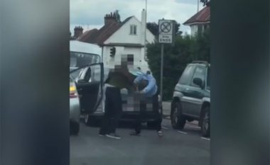 Rrahje brutale në rrugët e Londrës (Video)