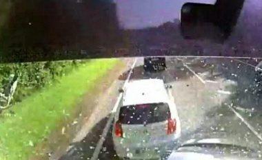 Shoferin e zë gjumi, kamioni përplaset për katër vetura (Video)