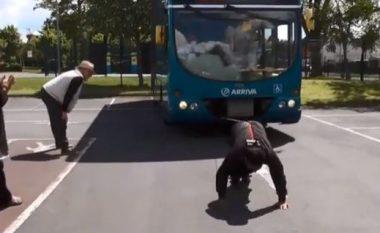 66-vjeçari tërheq autobusin me bishtin e flokëve (Video)