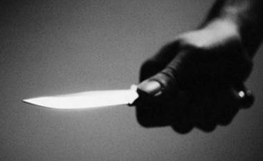Theret me thikë një femër