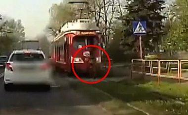 Shpëton mrekullisht pas përplasjes nga treni (Video, +16)