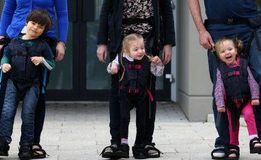 Paterica që kapen për këmbët e të rriturit, për fëmijët që nuk ecin (Video)