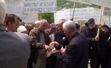 """Protestuesit te Sharrcemi: """"Qeveri t'i ku je, klasën punëtore pa bukë e ke"""""""