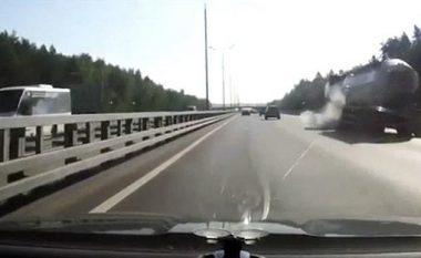 Kamion-cisternës i shpërthen goma, rrotullohet dhe eksplodon në mes të autostradës (Video)