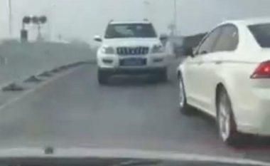 Vozitë së prapthi për dy minuta, në një rrugë përplot vetura (Video)